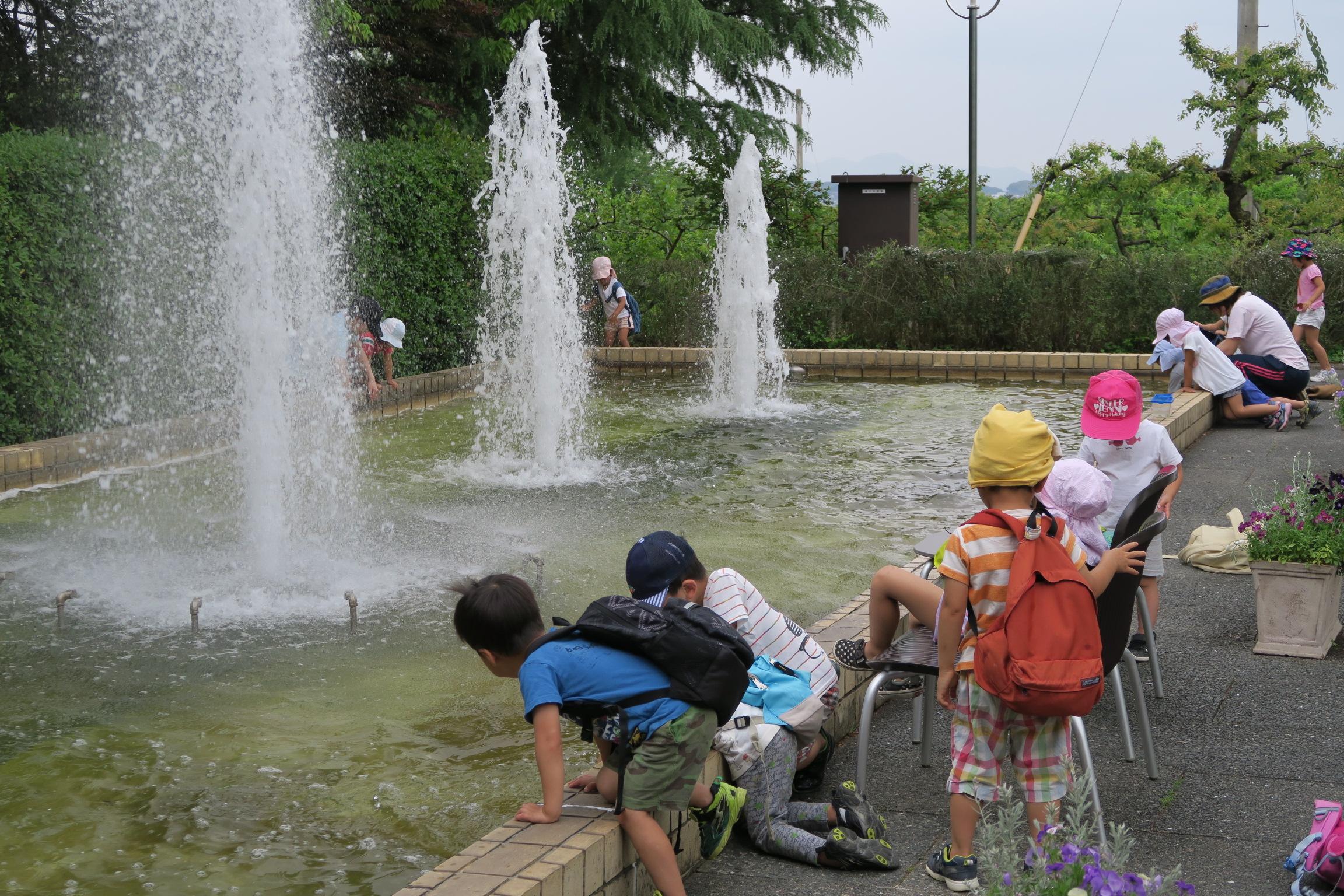 噴水と子供たち